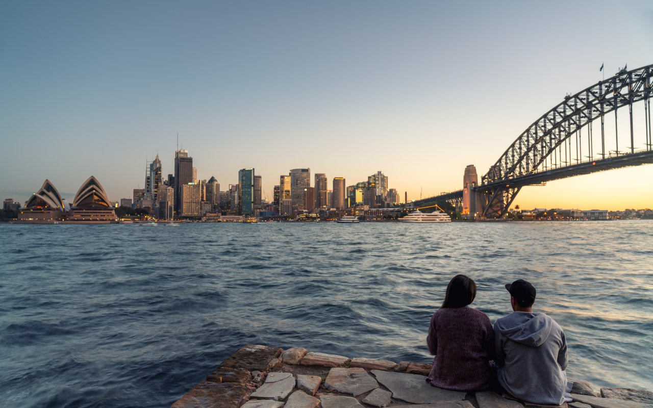 Couple regardant la ville de Sydney