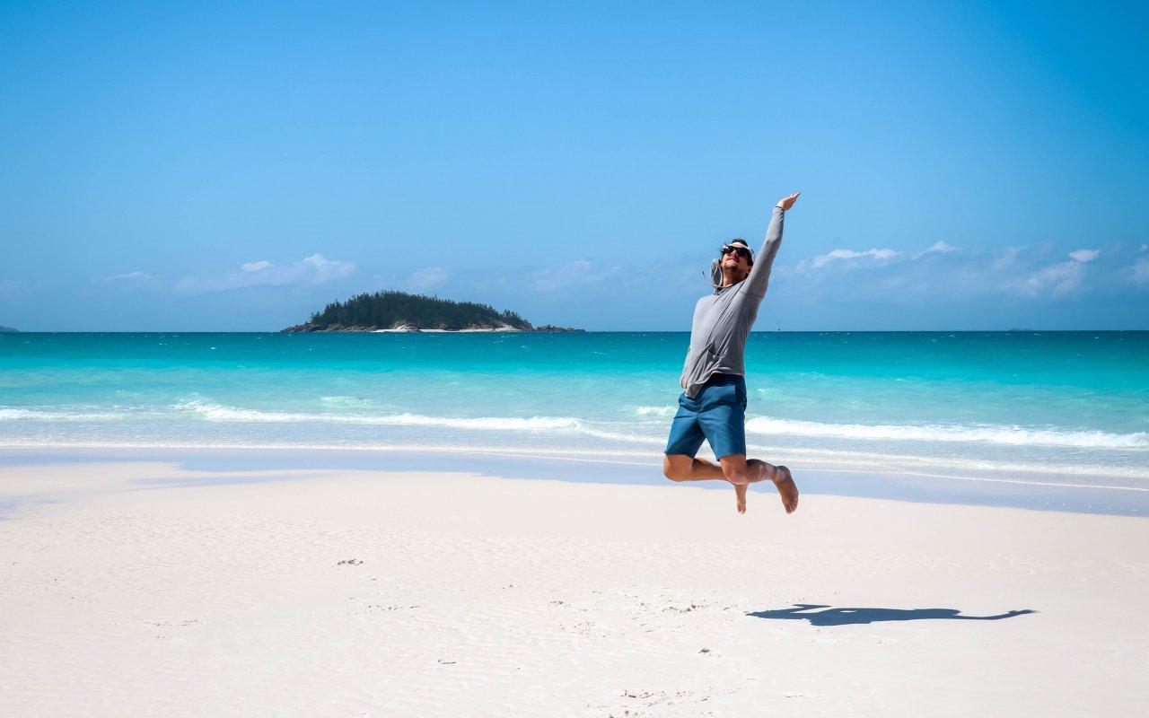 Personne qui saute sur une plage des whitsundays