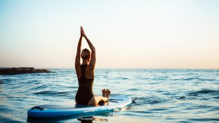 yoga on surfboard - voyage australie terra australia